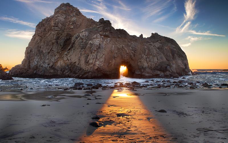 La plage secrète de Pfeiffer en Californie (Etats-Unis) très populaire auprès des locaux offre une vraie découverte pour tous les touristes. La vue sur le littoral rocailleux mérite un détour, surtout au coucher de soleil.